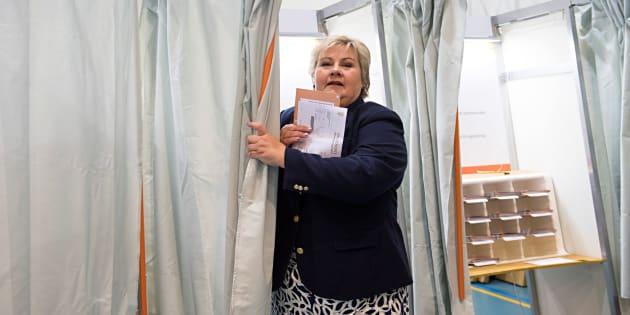 La actual primera ministra noruega, la conservadora Erna Solberg, tras depositar su voto esta mañana en un colegio electoral de Bergen.
