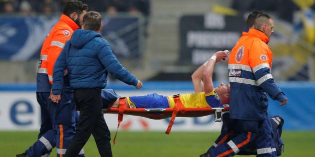 Coupe de France: Florian Martin du FC Sochaux a reçu un maillot dédicacé de tous les joueurs du PSG après sa blessure