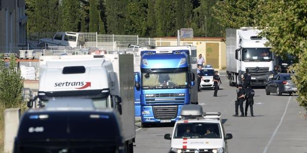 Les policiers contrôlent l'accès menant au site où l'homme a été tué.