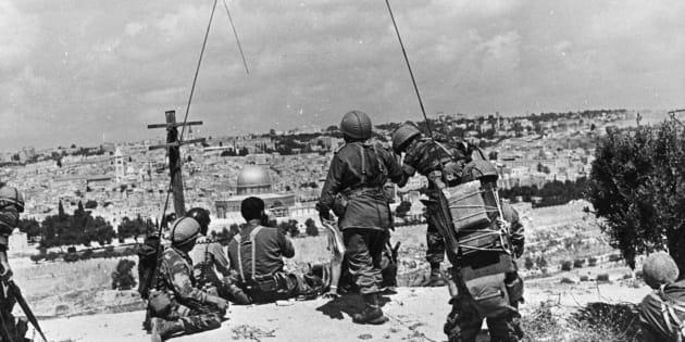 El comandante israelí Motta Gur y su brigada observan la Ciudad Vieja de Jerusalén desde el mirador del Monte de los Olivos, en el este de la ciudad, el 7 de junio de 1967.