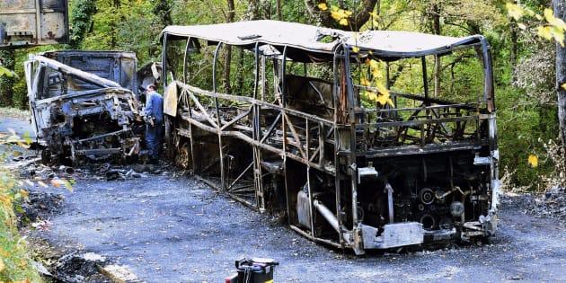 """Après avoir percuté un camion, le car s'est embrasé """"comme un éclair"""", raconte un rescapé."""