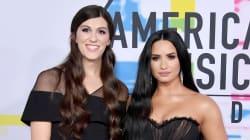 Demi Lovato sur le tapis rouge des American Music Awards avec une +1 très