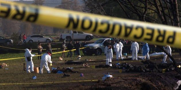 Expertos forenses registran los cuerpos calcinados de las víctimas cerca de una toma clandestina de gasolina de Petróleos Mexicanos (Pemex) que explotó este sábado, en Tlahuelilpan, Hidalgo (México).