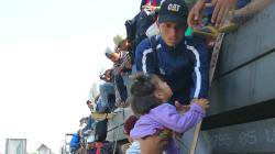 La primera caravana migrante cuida a 106 niños no acompañados que van hacia