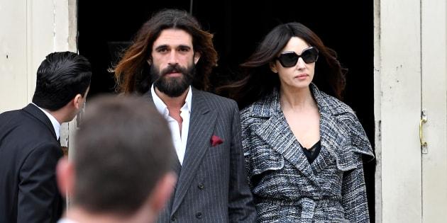 Monica Bellucci et Nicolas Lefebvre ont fait leur première apparition publique lors du défilé Chanel (Paris, France)