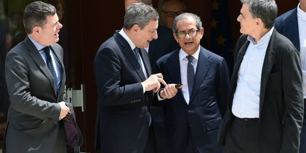 (L-R) Ireland's Public Expenditure and Reform Minister, Paschal Donohoe, talks with Greek Finance Minister Euclid Tsakalotos (R), President of the European Central Bank (ECB), Mario Draghi (2ndL), Italian Minister of Economy and Finance Giovanni Tria (2ndR)  during the 20th anniversary Eurogroup meeting at the Senningen castle in Luxembourg on June 21, 2018. (Photo by JOHN THYS / AFP)        (Photo credit should read JOHN THYS/AFP/Getty Images)