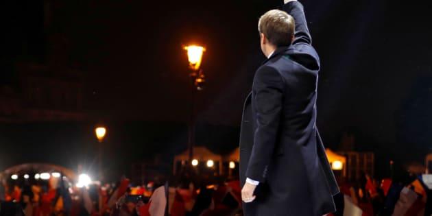 Le nouveau président élu, Emmanuel Macron, saluant le public venu le saluer au pied de la pyramide du Louvre.