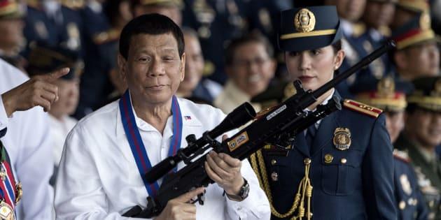 Rodrigo Duterte sostiene un arma, en una imagen de archivo.