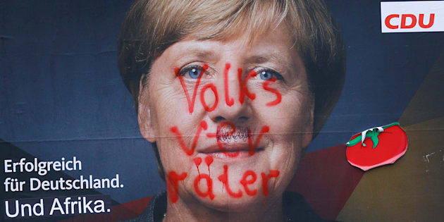 """Une affiche de campagne de la CDU, montrant un portrait d'Angela Merkel et le slogan """"Le succès pour l'Allemagne. Et l'Afrique"""", est barrée par le mot """"Volksverraeter"""", """"traître envers le peuple"""", à Berlin, le 24 septembre 2017."""