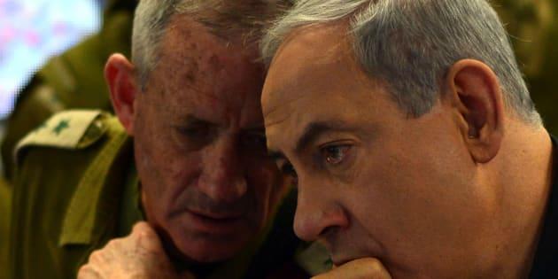 Le premier ministre israélien Benjamin Netanyahou (à droite) s'entretient avec le chef d'état-major des forces de défense israéliennes de l'époque, Benny Gantz (à gauche), en 2014.