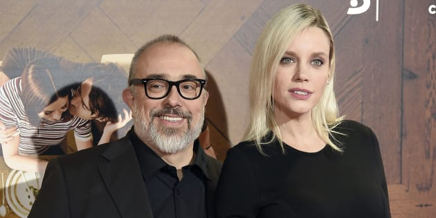 El director Álex de la Iglesia con la actriz Carolina Bang durante el estreno de la película 'Perfectos desconocidos' en Madrid el 28 de noviembre de 2017.