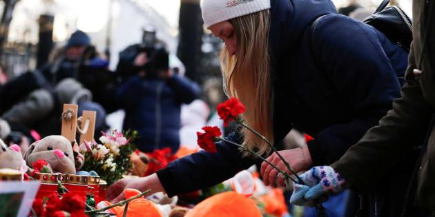 ケメロボの火災現場近くでは、多くの人が花を手向けた。