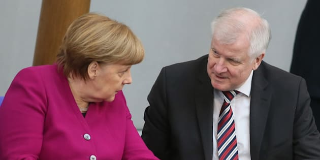 Merkel sotto assedio su questione migranti, ministro Interno Seehofer va allo scontro