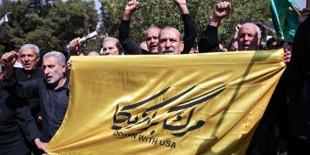 Le 22 septembre 2017 à Téhéran, des manifestants brandissent des bannières et crient des slogans anti-américains après le discours tenu par Donald Trump devant l'Assemblée générale des Nations unies contre l'Iran.