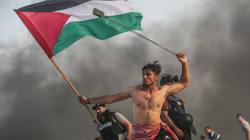 La viral imagen de un joven palestino que recuerda a 'La Libertad guiando al