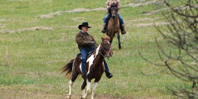 Roy Moore arrive à cheval pour voter dans l'Alabama, les fans d'équitation ne l'ont pas raté
