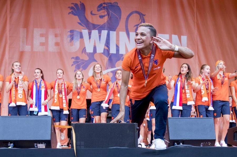 El equipo femenino holandés de fútbol celebra su Eurocopa en Utrecht.