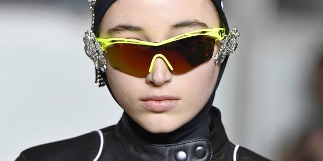 Une mannequin défilé avec des lunettes de cycliste revisitées, lors du défilé de la créatrice française Marine Serre, à Paris, au mois de février.