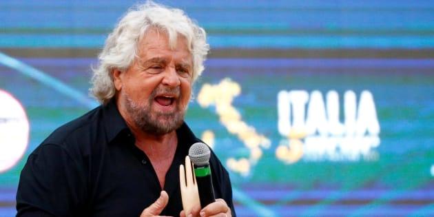 Beppe Grillo arriva a Roma con la maschera di se stesso