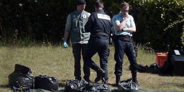 Les policiers identifient les armes de l'ETA dans une cache de Saint-Pée-sur-Nivelle, dans lesPyrénées-Atlantiques, le 8 avril.