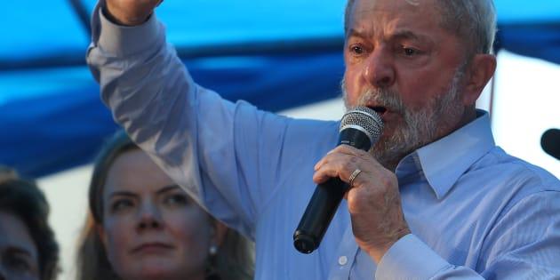 Lula em discurso em janeiro. Ao fundo, a presidente do PT, senadora Gleisi Hoffmann.