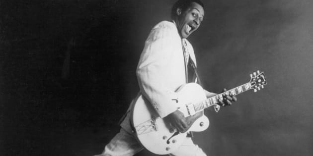 Chuck Berry avec sa guitare hollowbody de Gibsonen 1958.