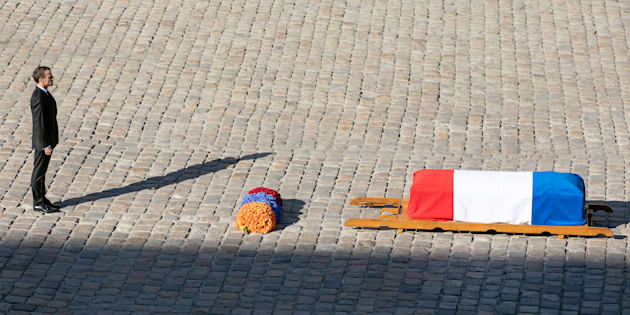 Comment Macron (ici devant le cercueil du chanteur dans la cour des Invalides) rendra hommage à Aznavour en Arménie