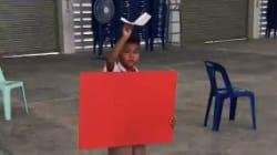 Cet enfant fait parfaitement voler son avion en papier, et ça n'a rien à voir avec le