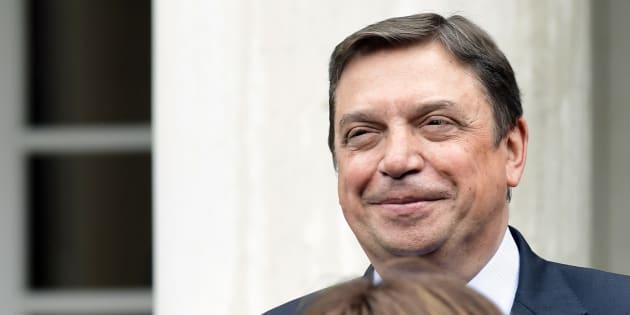 Luis Planas posa en las escaleras de La Moncloa el pasado 8 de junio, día del primer Consejo de Ministros de la era Sánchez.