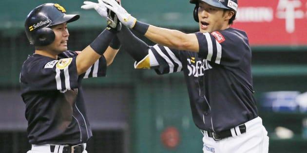 4回、逆転2点本塁打を放ち迎えられるソフトバンクの柳田悠岐(右)=9月16日、埼玉・メットライフドーム