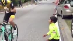 El niño animaba al ciclista en La Vuelta y la respuesta del deportista da la vuelta al