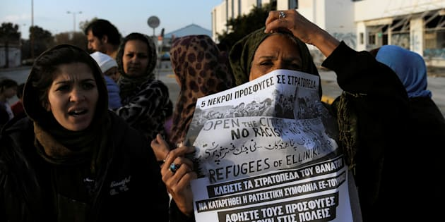 Des migrants protestent contre les conditions de vie dans un camp de réfugiés en Grèce, à proximité de l'aéroport d'Hellinikon, le 18 février 2017.
