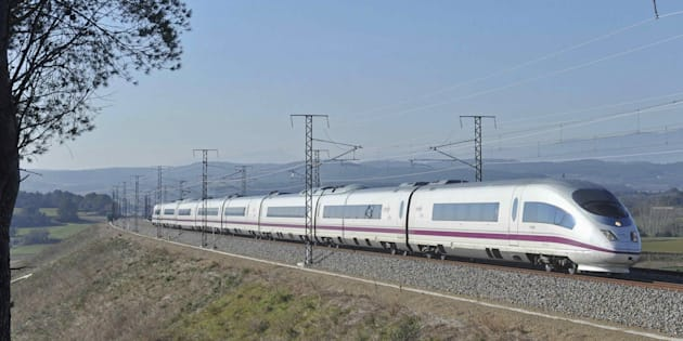 Un convoy de la línea del AVE Barcelona-Girona-Figueres, circulando entre estas dos ciudades gerundenses.