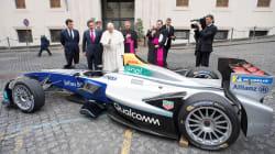Le pape bénit une voiture électrique Formule