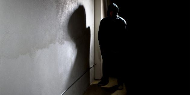 Minacciava di morte madre e fratelli, arrestato per stalking