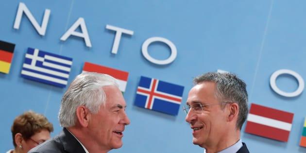 31 marzo 2017. Il Segretario di Stato americano Rex Tillerson stringe la mano al Segretario generale NATO, Jens Stoltenberg, durante il meeting NATO dei portavoce esteri a Bruxelles