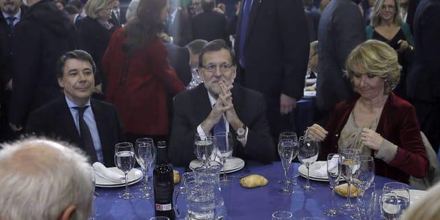 El expresidente de la Comunidad de Madrid, Ignacio González, el presidente del gobierno, Mariano Rajoy y la expresidenta de los populares madrileños, Esperanza Aguirre, durante la tradicional cena de Navidad que celebran esta noche en Alcobendas