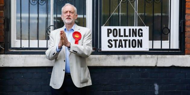Jeremy Corbyn, líder del Partido Laborista británico, en un colegio electoral tras votar en las elecciones municipales en Londres en mayo.