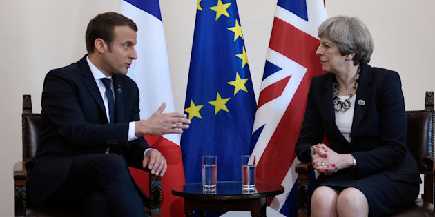 Emmanuel Macron tout puissant face à Theresa May, et c'est la presse britannique qui le dit