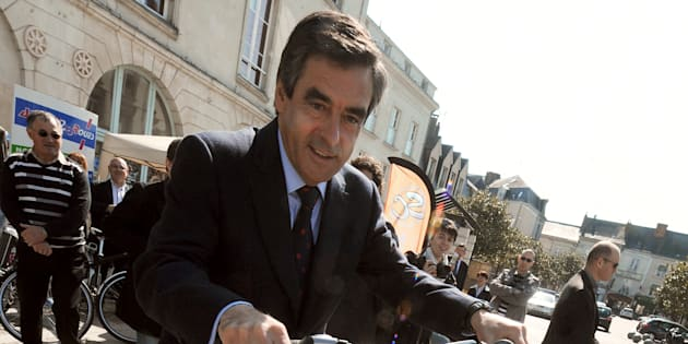 Selon François Fillon, le sport permet de diminuer l'agressivité. Vraiment? (Photo d'illustration: François Fillon le 10 avril 2010 teste un vélo électrique).