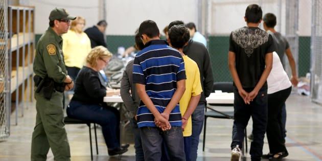 Para el INAI, resulta de interés público conocer las acciones del Estado mexicano para atender y asistir a los menores migrantes. (AP Foto/Ross D. Franklin, Pool, archivo)
