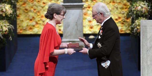 La lauréate Donna Strickland reçoit le prix du roi Carl Gustaf de Suède lors de la cérémonie de remise du prix Nobel à Stockholm, le 10 décembre 2018.