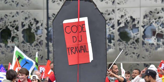 """Avec les """"ordonnances anti-travail"""", Emmanuel Macron soumet les salariés au pouvoir patronal."""