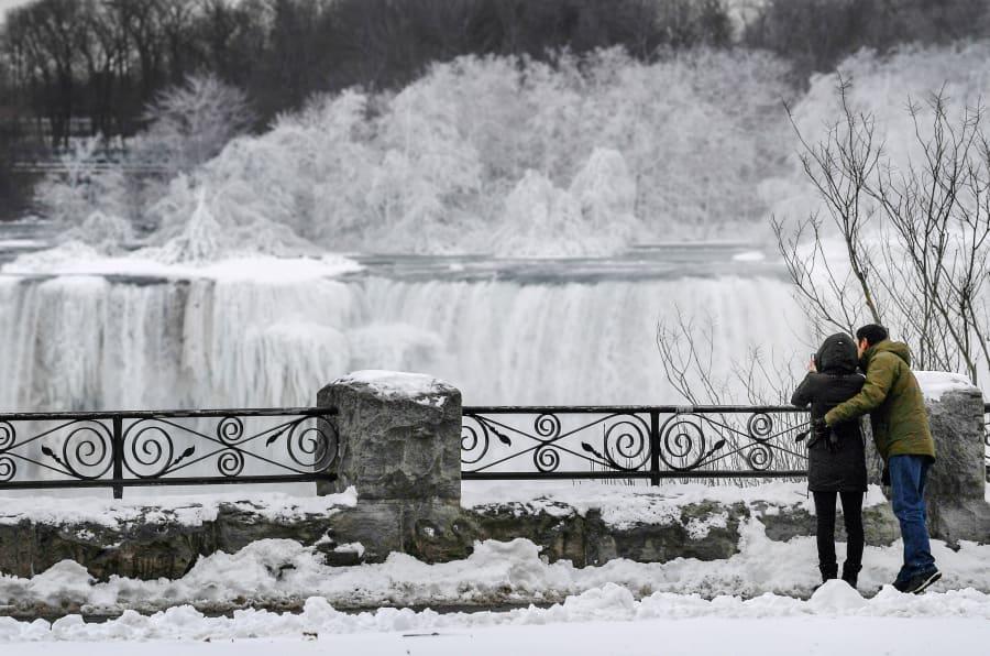 Le Cascate del Niagara ghiacciano: lo spettacolo a -25°C è unico