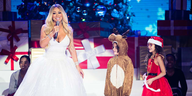 """Mariah Carey sur scène avec ses jumeaux Moroccan et Monroe Cannon, pendant sa tournée """"All I Want For Christmas Is You"""" au Motorpoint Arena de Nottingham (Royaume-Uni) le 9 décembre dernier."""