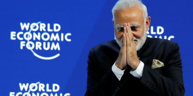 El Primer Ministro de la India, Narendra Modi, hace un gesto en el Plenario de apertura durante la reunión anual del Foro Económico Mundial (FEM) en Davos, Suiza, el 23 de enero de 2018.