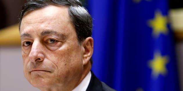 Les marchés suspendus à l'action de Mario Draghi, incarnation du rejet des Italiens