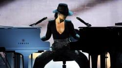 Alicia Keys impressionne en jouant sur deux pianos aux