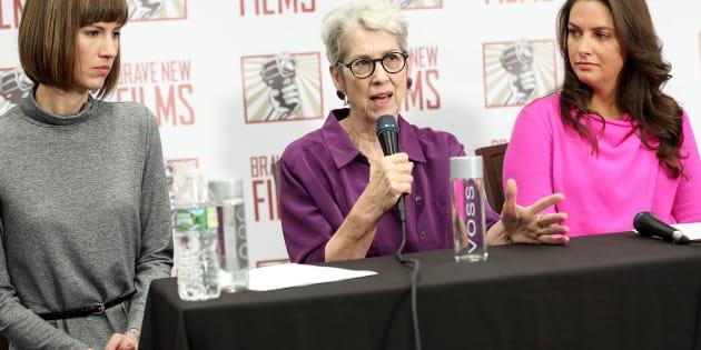 記者会見する(左から)レイチェル・クルックさん、ジェシカ・リーズさん、サマンサ・ホルヴェイさん。リサ・ボインさんは電話で会見に参加した。 (Photo by Monica Schipper/Getty Images)