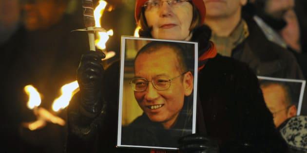 Une femme tient le portrait de Liu Xiaobo lors d'une procession en son honneur après la cérémonie des prix Nobel, le 10 décembre 2010 à Oslo.